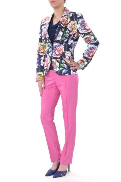 Комбинация от класическо сако и цветен панталон